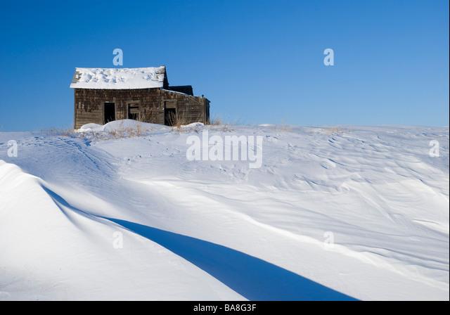 Alberta, Kanada; Verlassenen Bauernhof auf einem schneebedeckten Hügel Stockbild