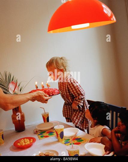Ein drei Jahre altes Mädchen mit einer Geburtstagsfeier, Schweden. Stockbild