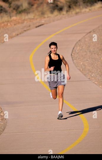 Frau läuft auf gepflasterten Pfad in St. George, Utah. Stockbild