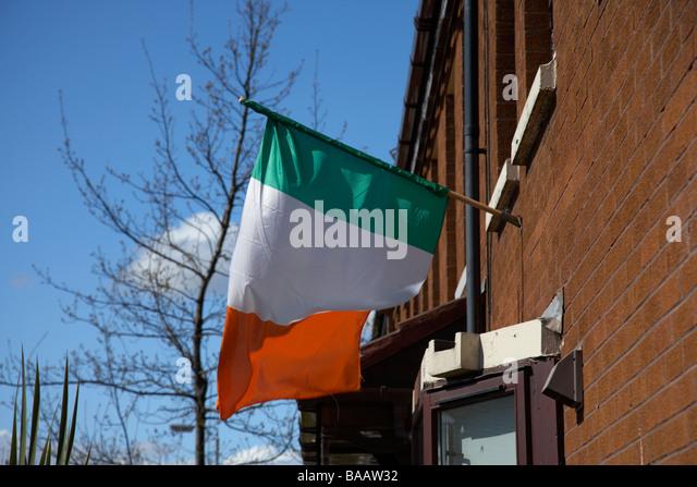 Irische Trikolore grün weiß und orange Flagge aus einem Haus in einem republikanischen Belfast Nordirland Stockbild