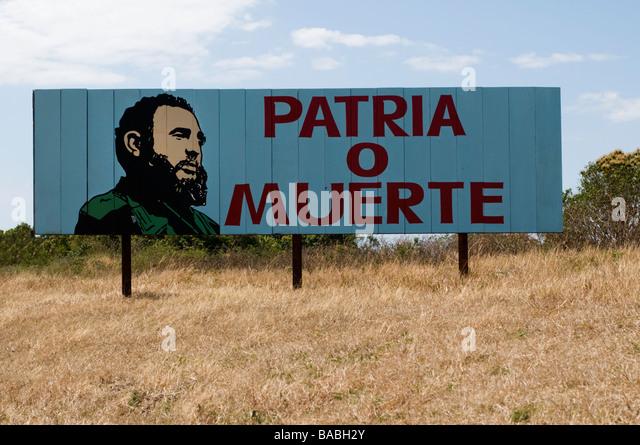 Ländliche Plakatwand in Kuba mit einem revolutionären Slogan und Zeichnung von Fidel Castro Stockbild