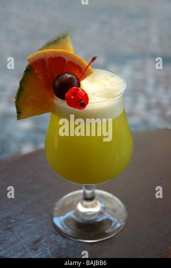 Exotischer Cocktail mit Obst Dekoration Stockbild