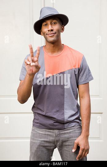 Mann trägt Fedora und Peace-Zeichen zu tun Stockbild