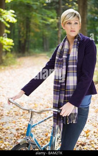 Junge Frau mit Fahrrad Stockbild