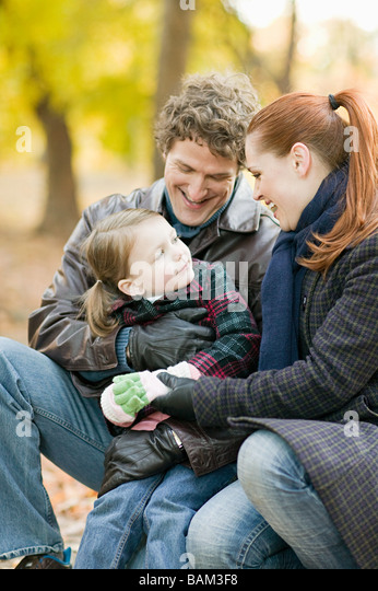Mädchen und Eltern im park Stockbild