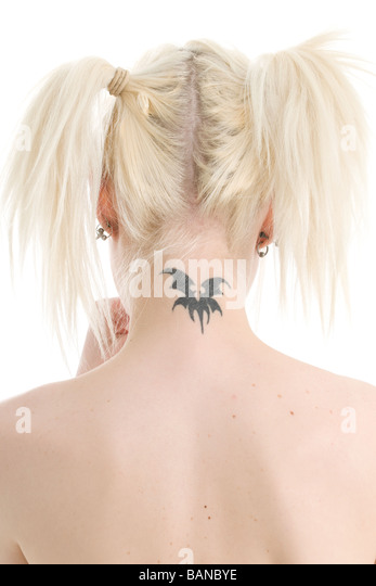 Junge blonde Frau mit Hals tattoo Stockbild