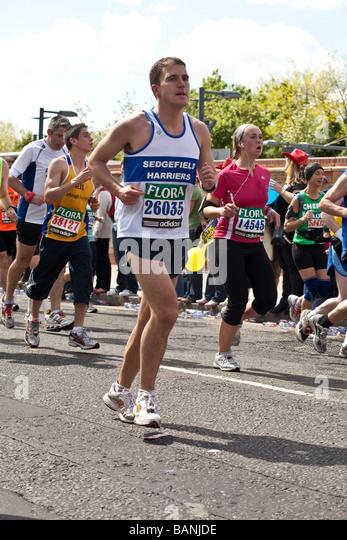 Athleten laufen den Flora London Marathon 2009 Stockbild