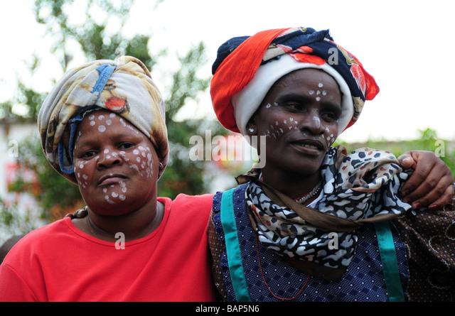 Township in Südafrika Stammesfrauen bemalte Gesichter Stockbild