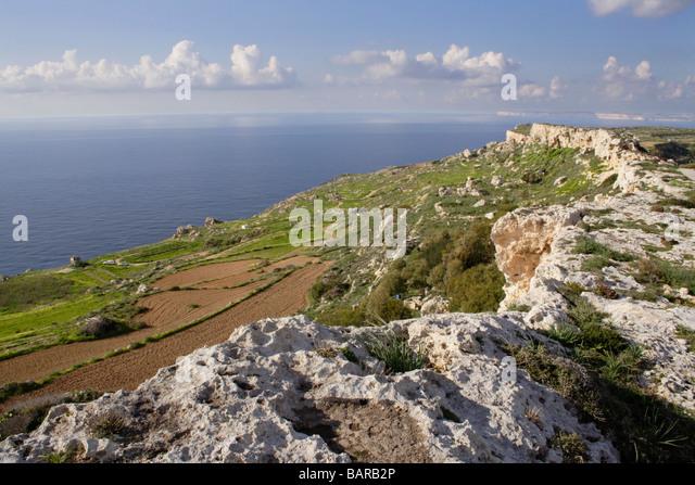 Kalkstein-Grat auf der nordwestlichen Küste von Malta, einer Insel im Mittelmeer Stockbild