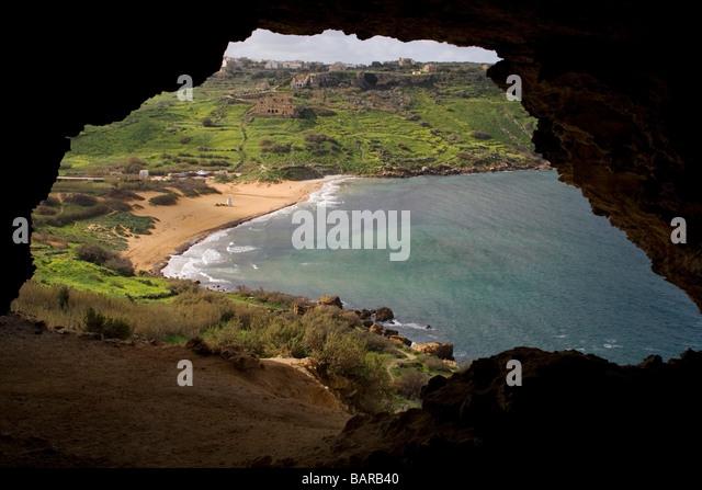 Ramla Bay, Gozo, wie aus einer Höhle mit Blick auf den Strand Stockbild