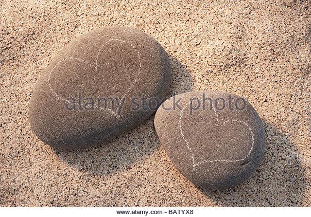 Stillleben mit zwei Kieselsteine mit Herz Zeichnungen Stockbild