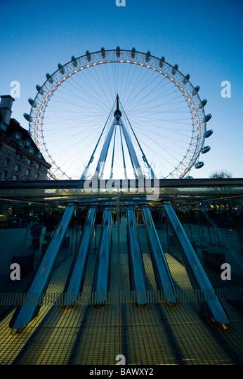 London Eye auf der Southbank am Ufer des Flusses Themse London England UK Stockbild