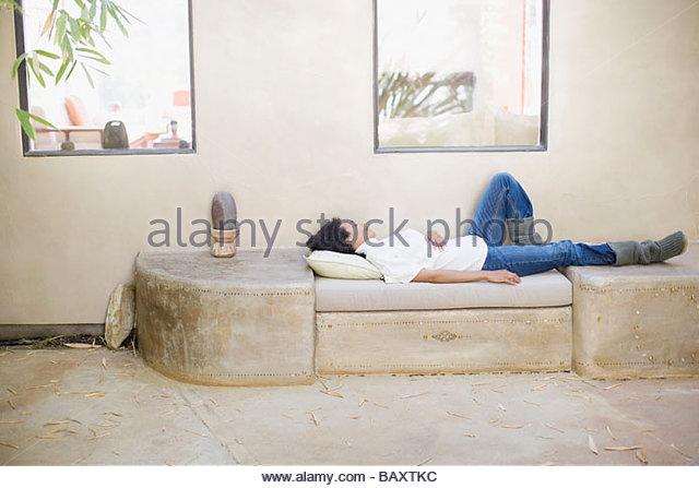 Frau im Freienmöbel Handauflegen Stockbild