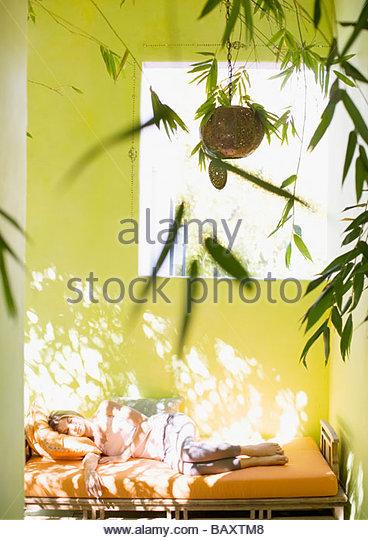 Frau schläft auf liege in der Tageszeit Stockbild