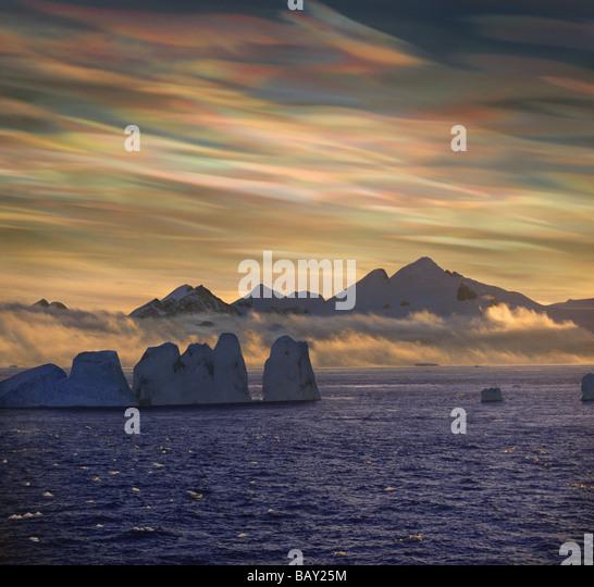 Mutter der Perle Wolken, Nacreous Wolken über Schnee bedeckte Eisberg, antarktische Halbinsel, Antarktis Stockbild
