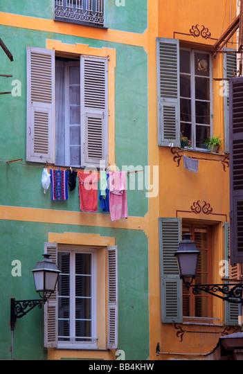 """Typische französische Fenster im """"Vielle Ville"""" Teil von Nizza, Frankreich Stockbild"""
