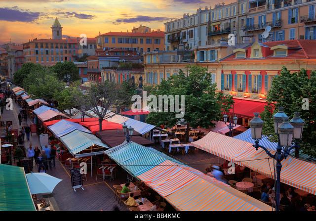 """Blumenmarkt in der """"Vielle Ville"""" (Altstadt) Teil von Nizza an der französischen riviera Stockbild"""