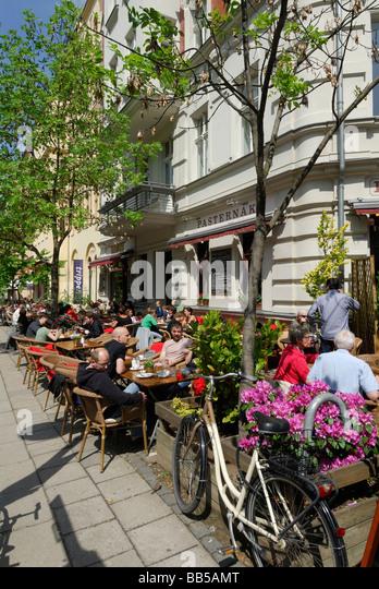 Berlin Deutschland Menschen genießen Brunch im Freien im Pasternak Cafe in Prenzlauer Berg Stockbild