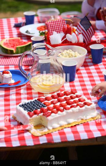 Essen am Tisch am 4. Juli Grillen Stockbild