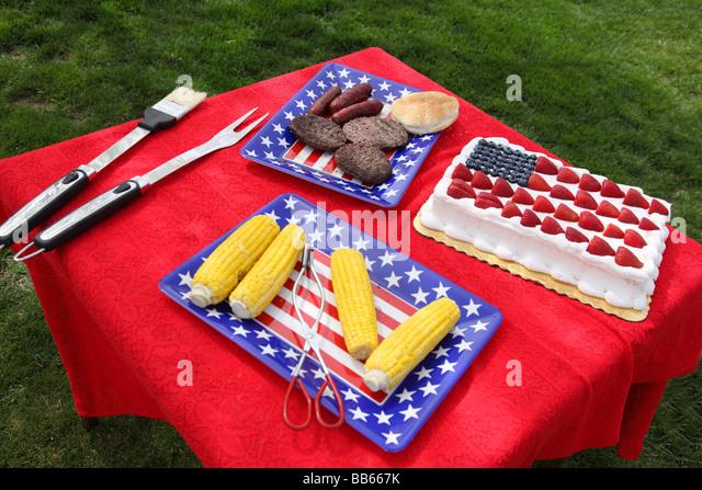 Tabelle von Lebensmitteln vorbereitet für 4. Juli Grill Stockbild