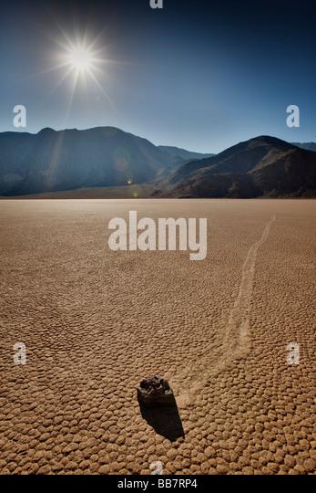 Beweglichen Felsen auf Salinen an der Rennstrecke im Death Valley National Park in Kalifornien, USA Stockbild