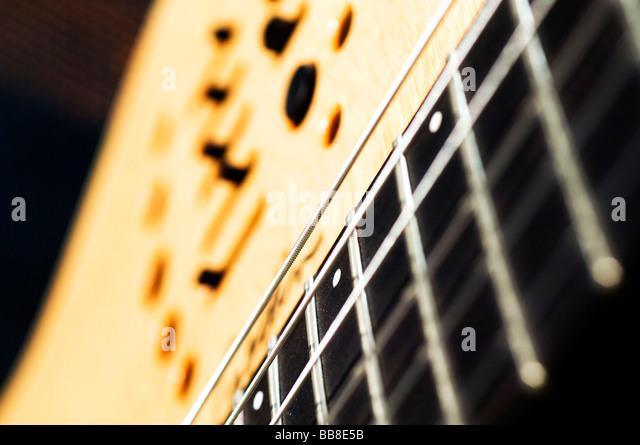 Detail einer Gitarre mit Streichern und einen eingebauten equalizer Stockbild