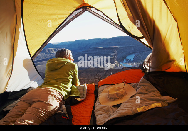 Eine Frau liegt in einem Zelt, Horse Shoe Bend, Fish River Canyon, Namibia Stockbild