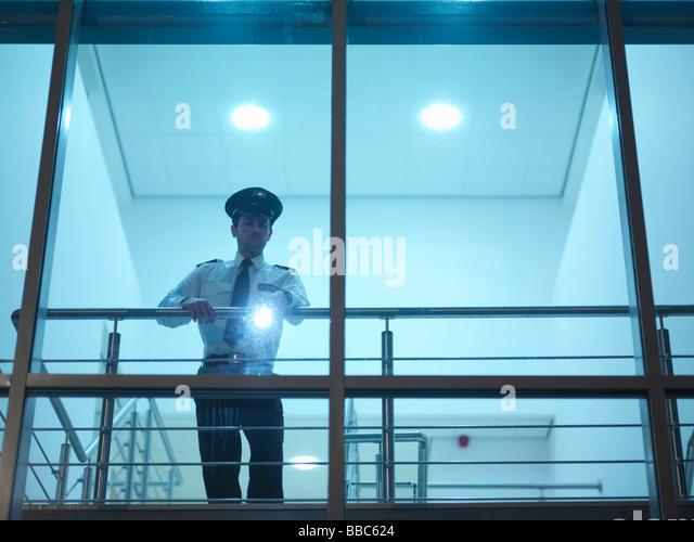 Wachmann im Gebäude mit Fackel Stockbild