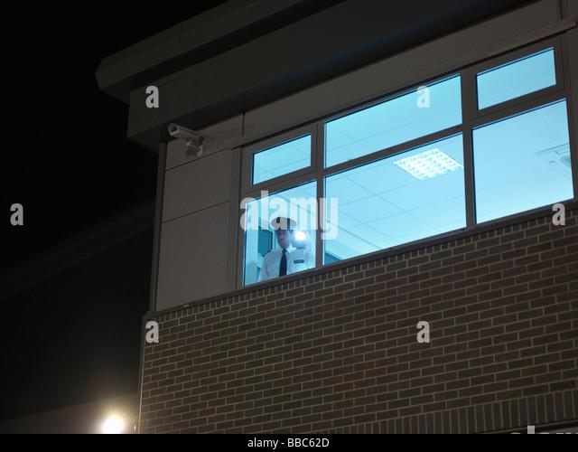 Wachmann im Fenster mit Fackel Stockbild