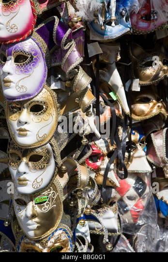 Venezianische Masken auf einem stall Stockbild
