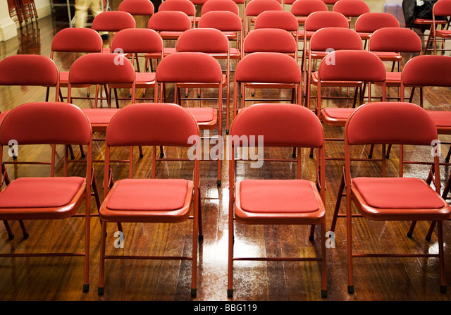 Leere Stühle in einer Halle Stockbild
