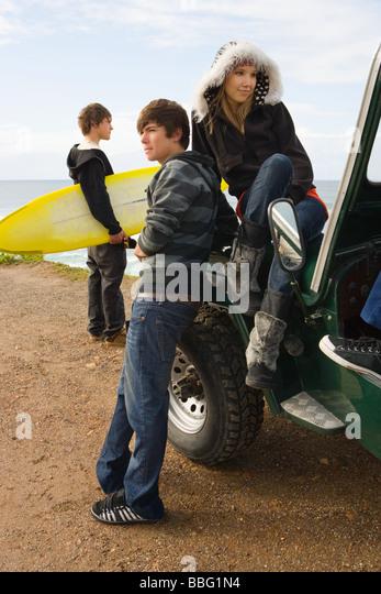 Jugendliche mit Geländewagen Stockbild