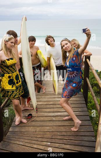 Surfer-Freunde mit Kamera Stockbild