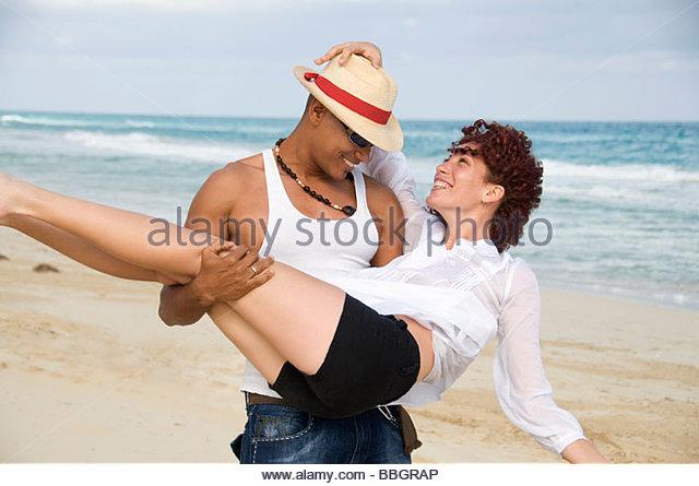 Mann mit junger Frau am Strand, lächelnd, Havanna, Kuba Stockbild