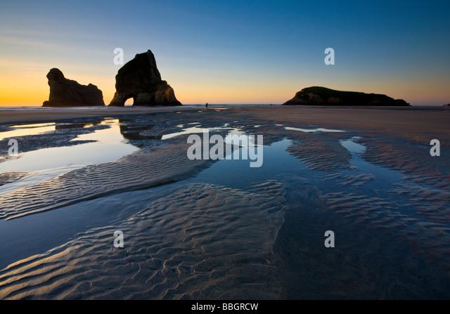 Wellige Sand und Felsformationen am Wharariki Beach Nelson Süd-Insel Neuseeland Stockbild