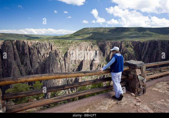 Weibliche Touristen bei der Gunnison Point-Aussichtspunkt in der Nähe von Visitor Center Black Canyon des Gunnison Stockbild