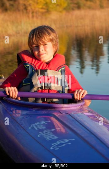 10 Jahre alter Junge im Kajak, See Katherine Riding Mountain National Park, Manitoba Stockbild