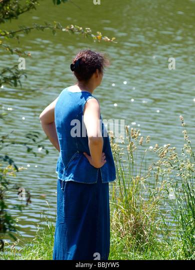 30er Jahre Frau stehend neben Fluss Stockbild