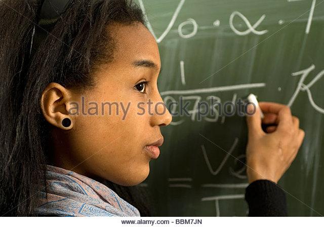 Schüler während des Unterrichts Physik an die Tafel und lernen das Gay-Lussac Gesetz Stockbild