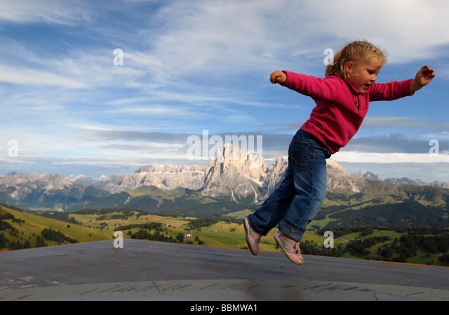 Sommer auf der Alpe di Siusi: kleines Mädchen spielen, Süd Tirol, Italien Stockbild