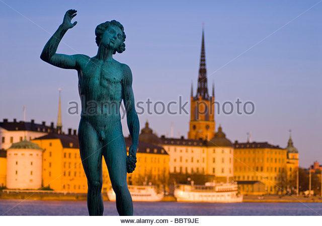 Statue am Stadthaus (Rathaus), mit Riddarholmen im Hintergrund, Stockholm, Schweden. Stockbild