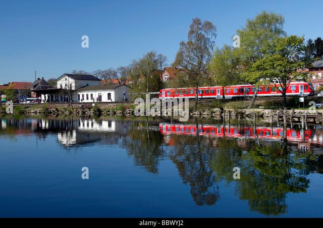 Ein Regionalzug zieht in den Hauptbahnhof an den Ufern des See Plön, Plön, Holstein Schweiz, Schleswig Stockbild