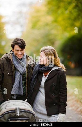 Ein paar bei einem Spaziergang mit ihrem Baby-Schweden. Stockbild