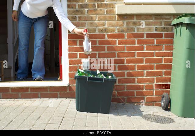 Frau, die das recycling Außerbetriebnahme Stockbild