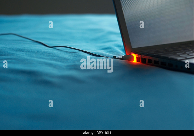 Laptop mit Kabel Stockbild