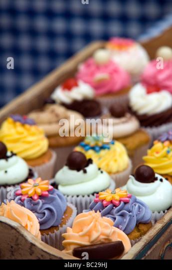Tablett mit Tasse Kuchen auf dem Display auf ein Essen und Getränke Festival Derbyshire East Midlands England Stockbild