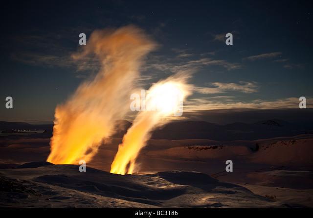 Winter-Sonnenuntergang mit Dampf steigt von Bohrungen bei Nesjavellir Geothermie-Kraftwerk, Island Stockbild