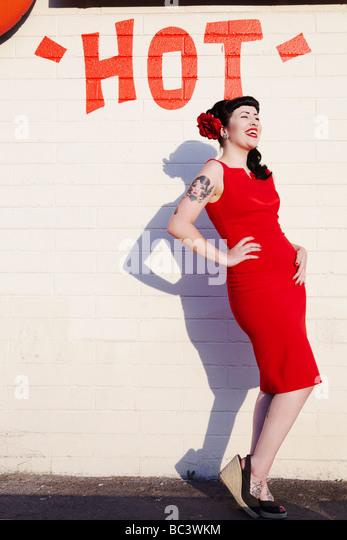 """Retro-Stil Frau vor einem """"heißen"""" Wand lachen Stockbild"""