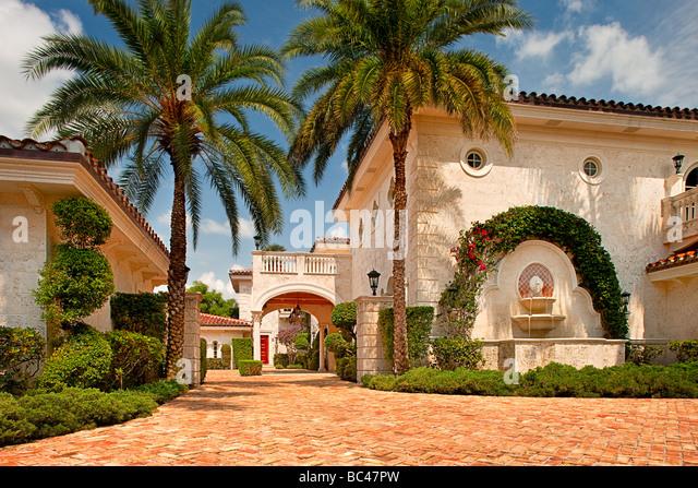 Einfahrt in eine Luxusresidenz in Boca Raton, Florida, USA Stockbild