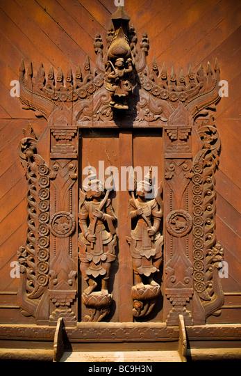 Nahaufnahme von Teakholz Schnitzereien an der Tür eines Klosters in Mandalay, Myanmar Stockbild